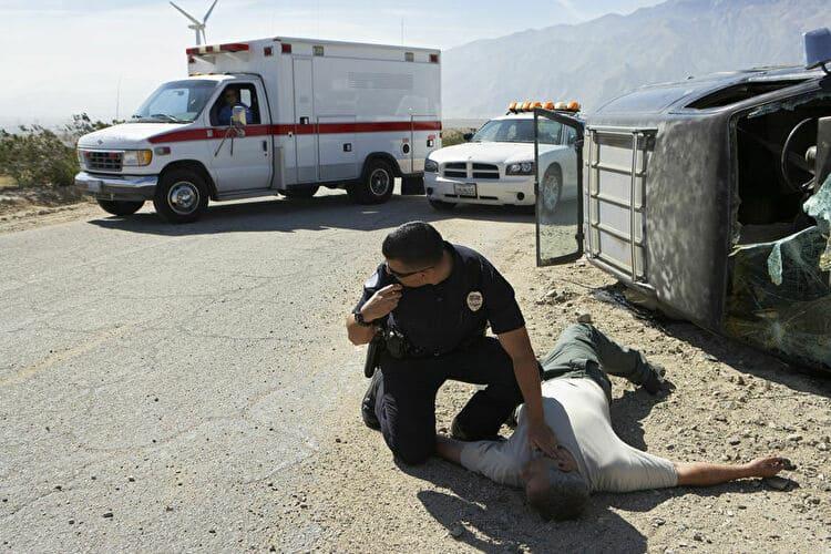倒れている人を発見する警察