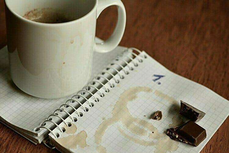 食べかけのチョコレートとコーヒー